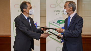 El ministro de Ciencia e Innovación, Pedro Duque, y el consejero delegado de Atresemedia, Silvio González