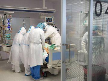 Sanitarios atienden a un paciente covid
