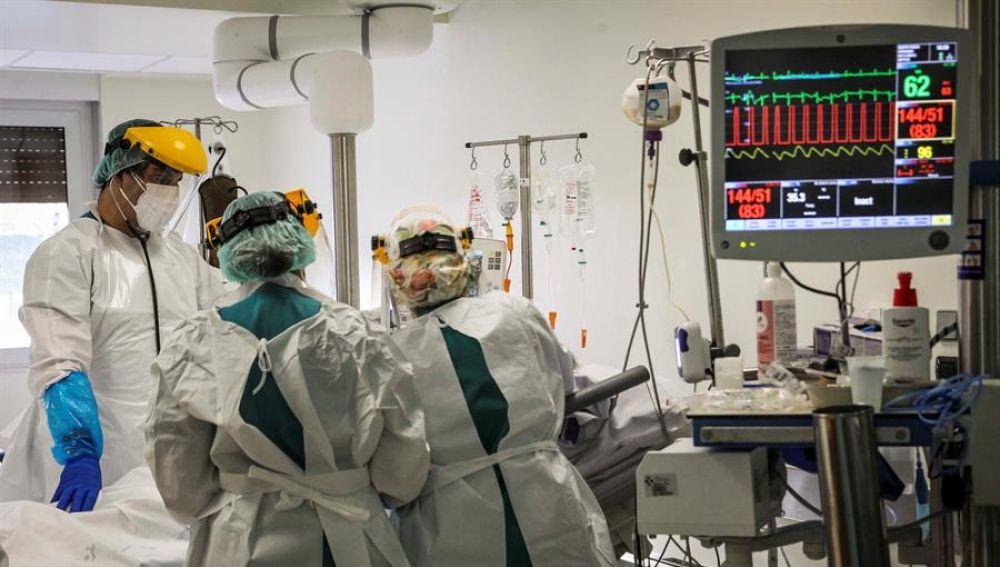 Sanitarios trabajando en una UCI