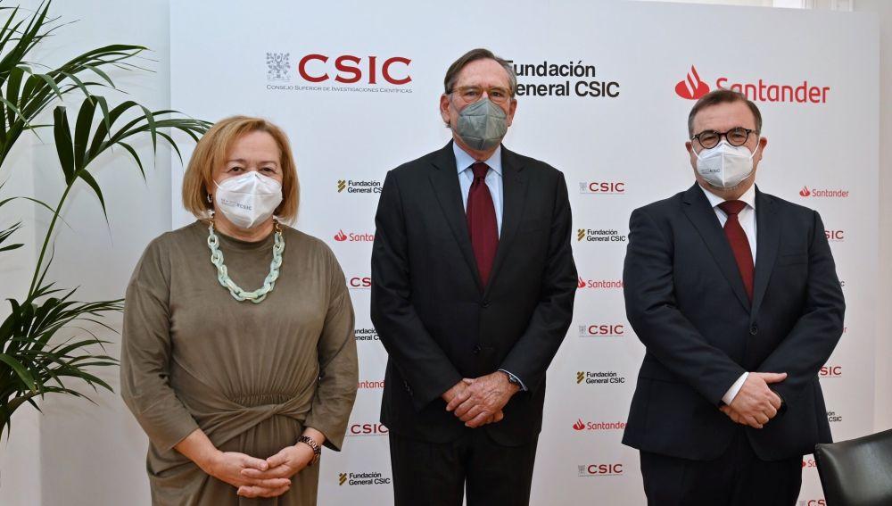 •El presidente de Santander Universidades, Matías Rodríguez Inciarte, ha mantenido un encuentro con la presidenta del Consejo Superior de Investigaciones Científicas (CSIC), Rosa Menéndez, y el director de la Fundación General CSIC (FGCSIC), Ramón Torrecillas, para reforzar su colaboración.