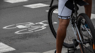 Imagen de archivo de un ciclista en un paso de cebra