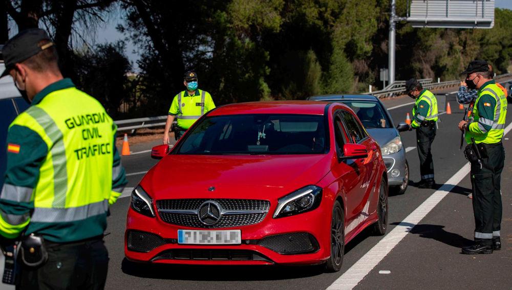 Control de la Guardia Civil de Tráfico en la autopista AP-4 Sevilla-Cádiz