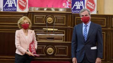 El presidente del jurado y asesor general de Ponle Freno, Carlos Sainz, entrega el galardón a Elena Salgado, presidenta de Fundación Abertis.