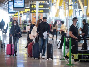 Vista de pasajeros en la terminal T-4 del aeropuerto Madrid- Barajas Adolfo Suárez