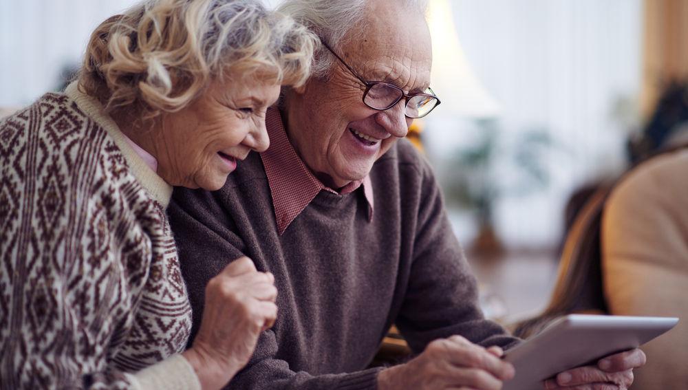 Dos personas mayores en una videollamada.