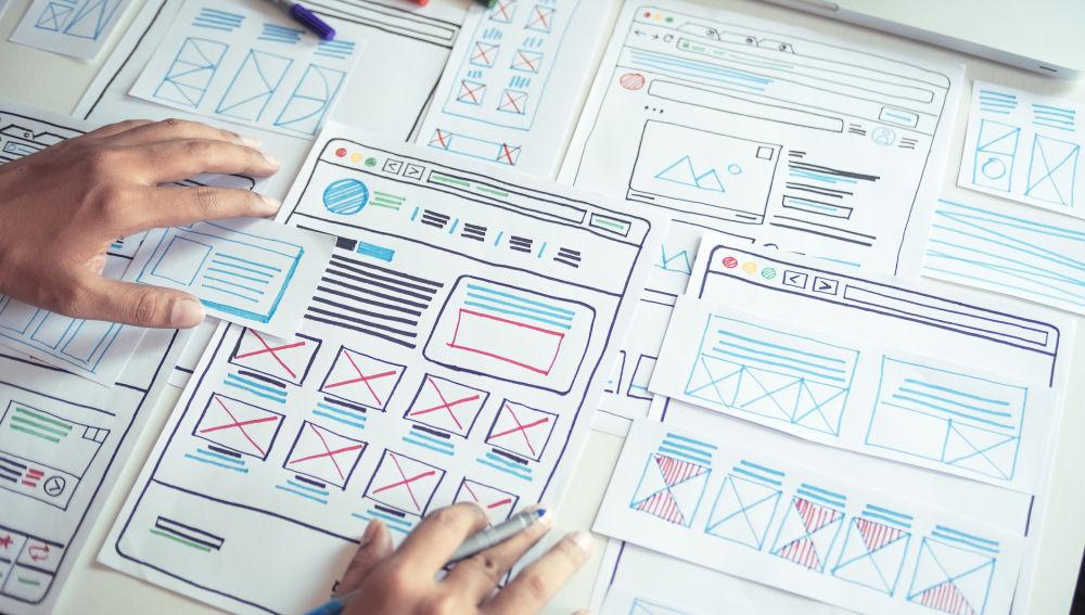 Bocetos hechos a mano de una web y sus módulos