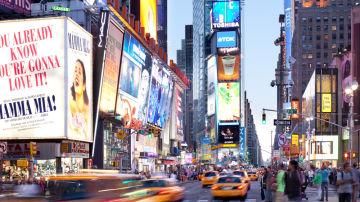 Times Square atardeciendo, con sus anuncios iluminados