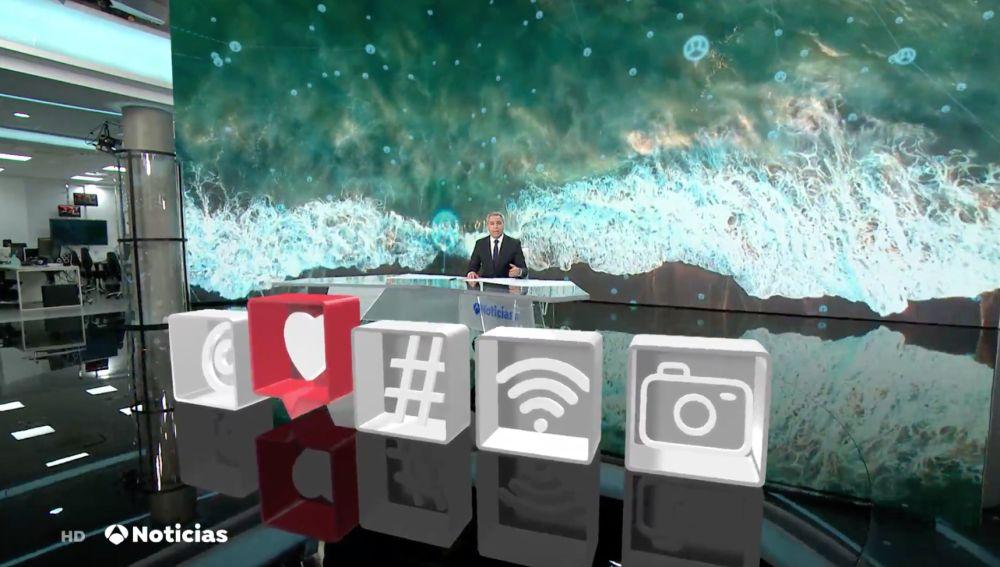 Plató de Antena 3 Noticias con logos de redes sociales sobreimpresos