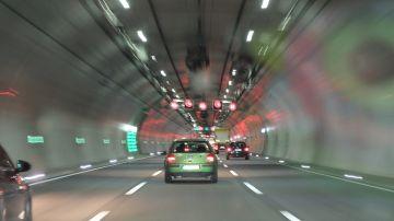 Túnel con varios carriles en un mismo sentido