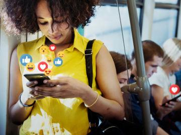 Una joven participa en redes sociales mientras viaja en el metro