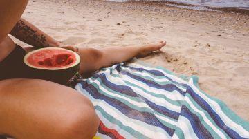 Comiendo sandía en la playa