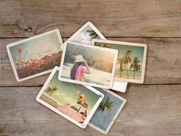Varias fotografías sobre una mesa