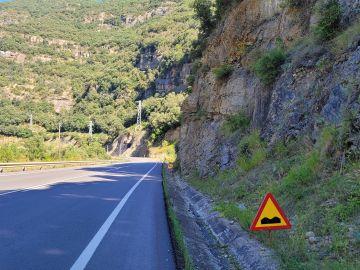 Pronunciado badén en esta carretera de Huesca