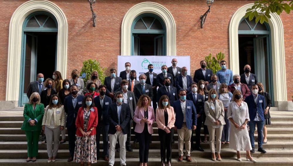 Los miembros de la Plataforma de Empresas por la Movilidad que firman el pacto
