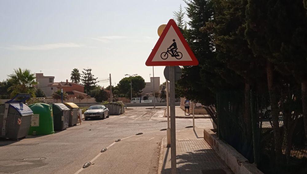 Señal de carril bici colocada en sentido contrario al tráfico