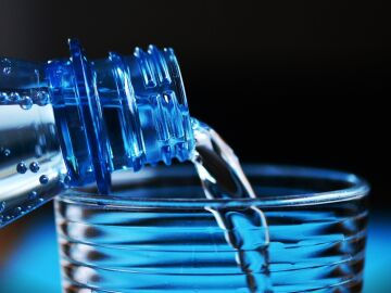 Verter agua en un vaso